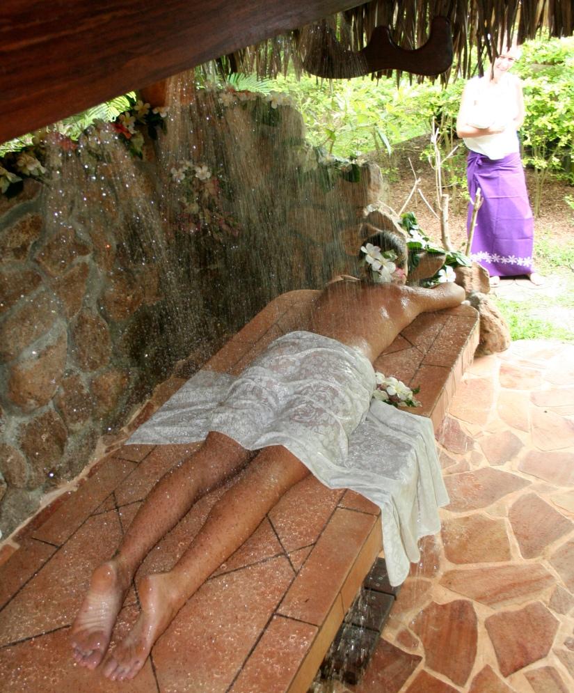 Après le gommage, une douche tropicale, chaude et tonifiante, confortablemet allong?e. Photo : Raphael Pierre