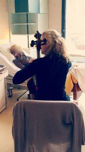 Claire Oppert Art-thérapeute musicale, séance de musicothérapie à l'Hôpital Sainte-Périne. ©Bénédicte Chauvron Filipeti